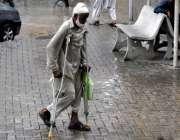راولپنڈی: ایک معمر شخص بیساکھیوں کے سہارے اپنے کاغذات اٹھائے پیشی کے ..
