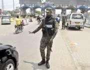 لاہور: سیکیورٹی اہلکار شہر میں داخل ہونیوالی گاڑی کو چیکنگ کے لیے روک ..