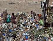 ملتان: خانہ بدوش خواتین کچرے کے ڈھیر سے کارآمد اشیاء تلاش کر رہی ہیں۔