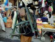 اٹک: گلی گلی گھوم کر چھریاں تیز کرنے والا ایک محنت کش سامان اٹھائے جار ..