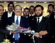 راولپنڈی: ڈسٹرکٹ بار کے صدر سجاد اکبر عباسی سیکرٹی بار عرفان احمد نیازی ..