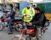راولپنڈی: مری روڈ تیلی محلہ کے قریب ٹریفک پولیس وارڈن ہیلمٹ نہ پہننے ..