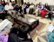 لاہور: وائس چیئرپرسن سرور فاؤنڈیشن مسز پروین سرور اپنے دفتر میں وفد ..
