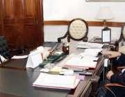لاہور: نگران وزیراعلی پنجاب ڈاکٹر حسن عسکری سے وزیراعلیٰ آفس میں نگران ..