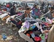 راولپنڈی: شہری استعمال شدہ پرانے کپڑے خرید رہے ہیں۔