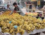 راولپنڈی: ریڑھی بان موسمی پھل سجا رہا ہے۔