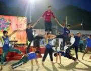 بہاولپور: جشن بہاراں کے موقع پر منعقدہ فیسٹیول میں نوجوان اپنے فن کامظاہرہ ..