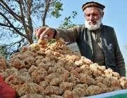 اسلام آباد: وفاقی دارالحکومت میں معمر ریڑھی بان گڑھ فروخت کررہا ہے۔