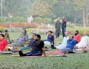 لاہور: باغ جناح میں شہری صبح کے وقت یوگا کی کلاس لے رہے ہیں۔