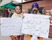 لاہور: ننکانہ صاحب کی رہائشی سکھ فیملی مقامی پولیس کے خلاف احتجاج کررہی ..