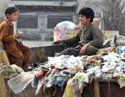 سرگودھا: خانہ بدوش بچے کچرا کنڈی پر بیٹھے خوش گپیوں میں مصروف ہیں۔