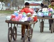 راولپنڈی:ریڑھی بان پھیری لگا کر کھریلو استعمال کی اشیاء فروخت کر رہے ..