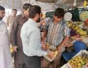 لاہور: چیئرمین پرائس کنٹرول کمیٹی میاں عثمان جوہر ٹاؤن کے دورہ کے موقع ..