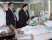لاہور: چیف سیکرٹری پنجاب اکبر درانی جناح ہسپتال کے دورہ کے موقع پر ایک ..