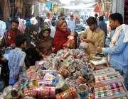 ملتان: عید کی تیاریوں میں مصروف خواتین چوریاں پسند کر رہی ہیں۔