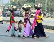 حیدر آباد: دیہاتی خواتین کسی خطرے کی پرواہ کیے بغیر سڑک کراس کررہی ہیں۔