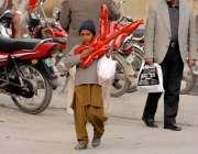 راولپنڈی: تعلم حاصل کرنے سے محروم ایک کمسن بچہ اپنے خاندان کا پیٹ پالنے ..