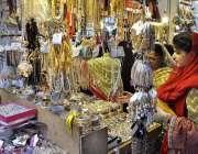 اسلام آباد: عید کی تیاریوں میں مصروف خواتین مقامی مارکیٹ سے جیولری ..