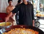 اسلام آباد: دکاندار فروخت کے لیے پکوڑے فرائی کر رہا ہے۔