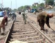 ملتان: ریلوے اہلکار ٹریک مرمت کرنے میں مصروف ہیں۔