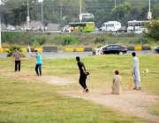 اسلام آباد: نوجوان فیض آباد گراؤنڈ میں کرکٹ کھیل رہے ہیں۔