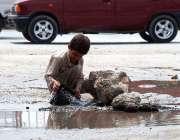 پشاور: کمسن بچہ صاف پانی کی لیک پائپ لائن سے پلاسٹگ بیگ بھرنے کی کوشش ..