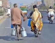 سرگودھا: موٹر سائیکل سوار ، سائیکل سوار کا ہاتھ تھامے مدد کر رہا ہے۔