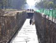 اسلام آباد: مزدور امبیسی روڈ پر تعمیراتی کام میں مصروف ہیں۔