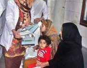 لاہور: سموگ آگاہی مہم کے دوران ڈاکٹرز کی جانب سے شہریوں میں پمفلٹ اور ..