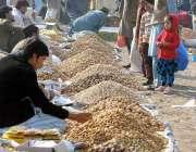 راولپنڈی: مقامی مارکیٹ میں دکانداروں نے گاہکوں مو متوجہ کرنے کے لیے ..