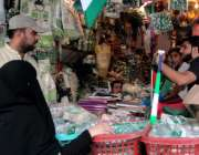 راولپنڈی:14اگست کے حوالے سے شہری ایک دکان سے خریداری کر رہے ہیں۔