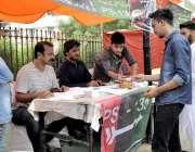 کراچی: عام انتخابات 2018  نارتھ کراچی میں پیپلز پارٹی کے کیمپ پر ووٹرز ..