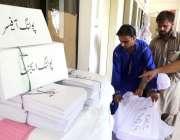 کراچی: الیکشن کمیشن آف پاکستان کے اہلکار25جولائی2018کو ہونیوالے جنرل ..