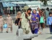 راولپنڈی: عید اپنے پیاروں کے ساتھ منانے کے لیے ایک فیملی ریلوے اسٹیشن ..