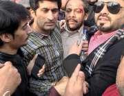 لاہور: لیگی کارکن قومی اسمبلی میں قائد حزب اختلاف محمد شہباز شریف کی ..