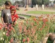 لاہور: جیلانی پارک میں سیرو تفریح کے لیے آئے بچے پھول دیکھ رہے ہیں۔