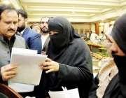 لاہور: وزیر اعلیٰ پنجاب سردار عثمان بزدار وزیر اعلیٰ آفس میں مختلف ..