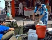 اسلام آباد: پانی کی قلت کے باعث نوجوان پینے کے لیے صاف پانی بھر رہے ہیں۔