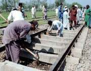 پشاور: ریلوے اہلکار ریلوے ٹریک کی مرمت میں مصروف ہیں۔