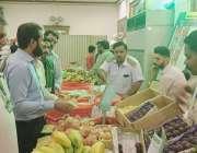 لاہور:چیئرمین پرائس کنٹرول کمیٹی میاں عثمان گارڈن ٹاؤن رمضان بازار ..