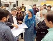 لاہور: وزیر صحت پنجاب ڈاکٹر یاسمین راشد گنگا رام ہسپتال کا دورہ کررہی ..