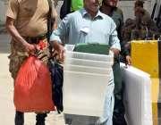 لاڑکانہ: پاک فوج کی نگرانی میں پولنگ کا سامان لیجایا جا رہا ہے۔