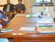 لاہور: گورنر پنجاب ملک محمد رفیق رجوانہ سے نئی تعینات ہونیوالی خاتون ..