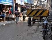 راولپنڈی: بازار کلاں میں واپڈا کی طرف سے روڈ کے درمیان رکھے گئے ٹرانسفارمر ..