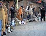 راولپنڈی: راجہ بازار میں مزدور دیہاڑی کے انتظار میں بیٹھے ہیں۔