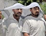 راولپنڈی: گرمی کی شدت کے باعث شہری سر پر گیلا کھڑا رکھے جا رہے ہیں۔