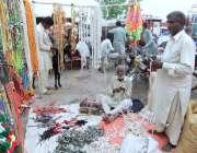 چنیوٹ: دکاندار مویشی منڈی میں جانوروں کے بناؤ سنگھار کی اشیاء فروخت ..