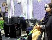 سرگودھا: عید کی تیاریوں میں مصروف خواتین مقامی بیوٹی پارلر سے فشل وغیرہ ..