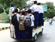 حیدر آباد: سکول سے چھٹی کے بعد بچے سوزوکی پک پر خطرناک انداز میں سفر ..