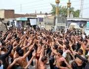 ملتان: عزادار یوم شہادت حضرت علی(رض ) کے موقع پرسینہ کوبی کر رہے ہیں۔
